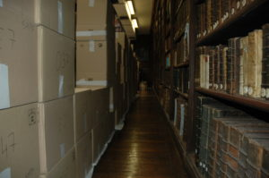Cartons dans la salle de lecture de la Bibliothèque du protestantisme français